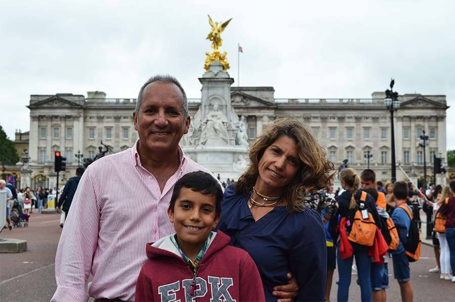 Turist in London in front of Buckingham Palace